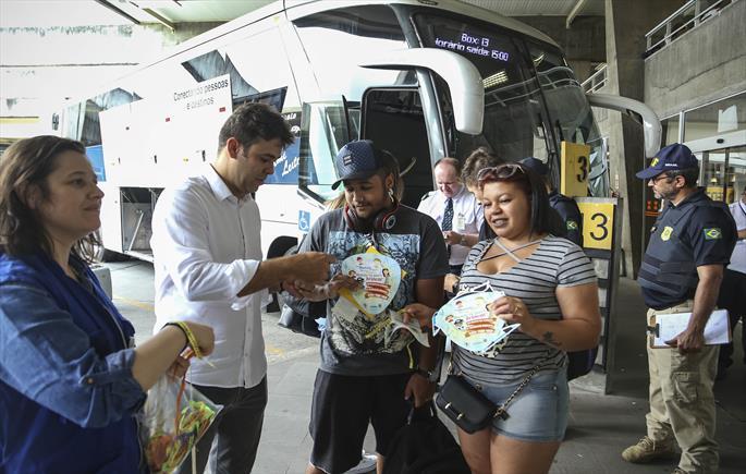 Prefeitura e PRF alertam passageiros na Rodoferroviária