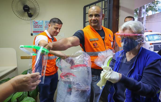Servidores do resgate social recebem máscaras escudo de proteção facial